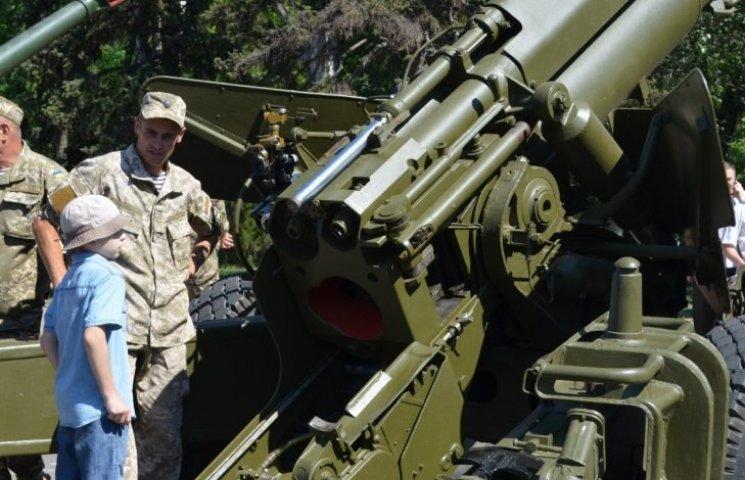Миколаївцям влаштували показ військової техніки