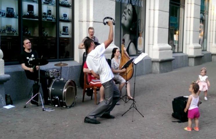 У Полтаві на вулиці заспівали, як горіла Москва