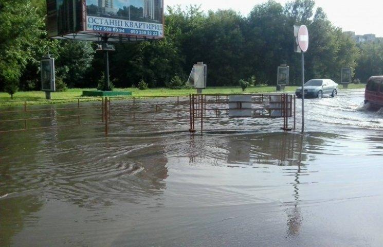 "Через зливу Хмельницький знов ""пливе"""