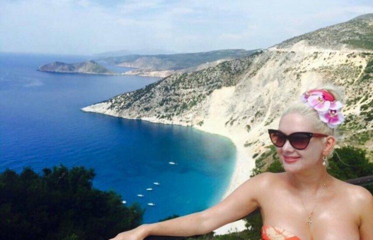 Зіркова відпустка: Як Бужинська ніжилась на пляжі і співала гімн у Греції