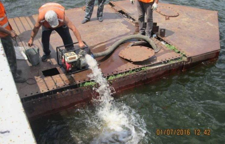 На Миколаївщині вантажівки затопили міст