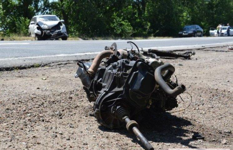 """На Миколаївщині двигун машини """"влетів"""" у пікап: авто перевернулося"""