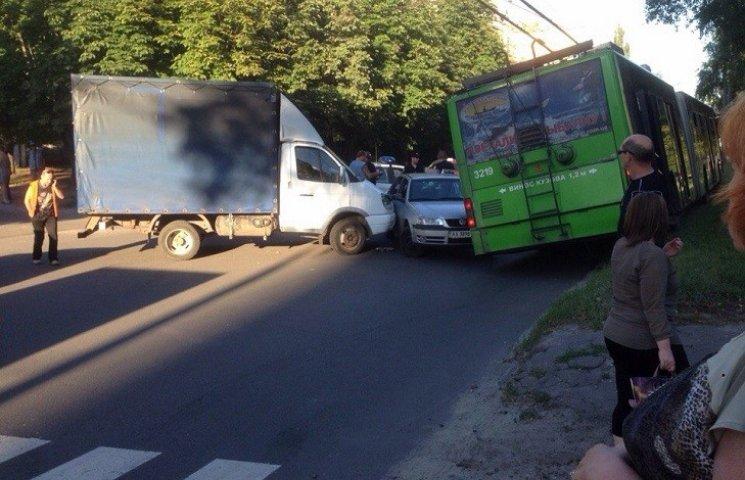 У Харкові внаслідок потрійного ДТП тролейбус вилетів на узбіччя (ВІДЕО, ФОТО)