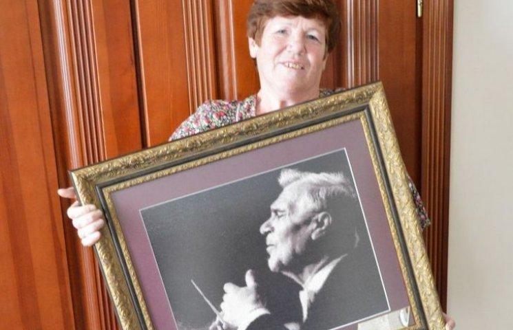 Вінничанка вишила портрет диригента Муравського