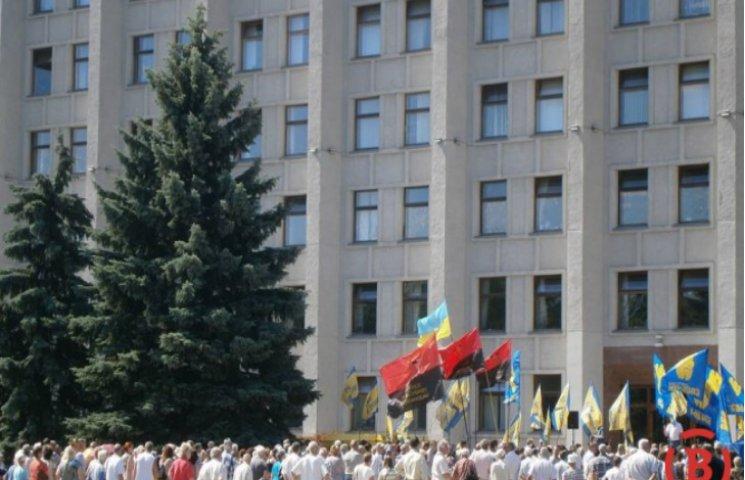 Під Полтавською ОДА мітингують проти тарифів на комунальні послуги