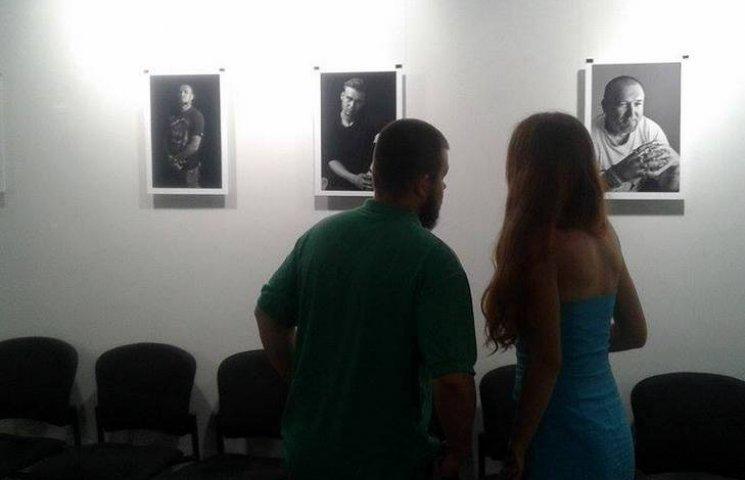 У Вінниці стартувала виставка фотографій місцевих красенів