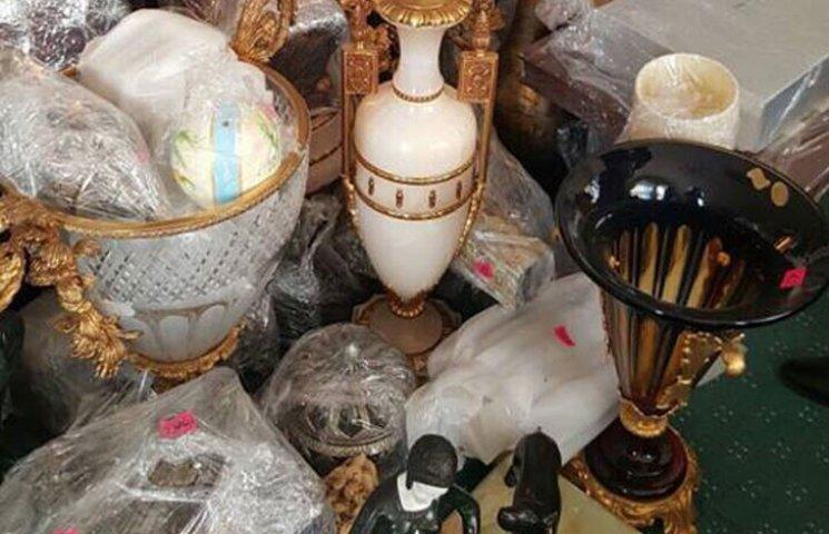 Луценко показав скарби, виявлені під час обшуку у будинку Клюєва