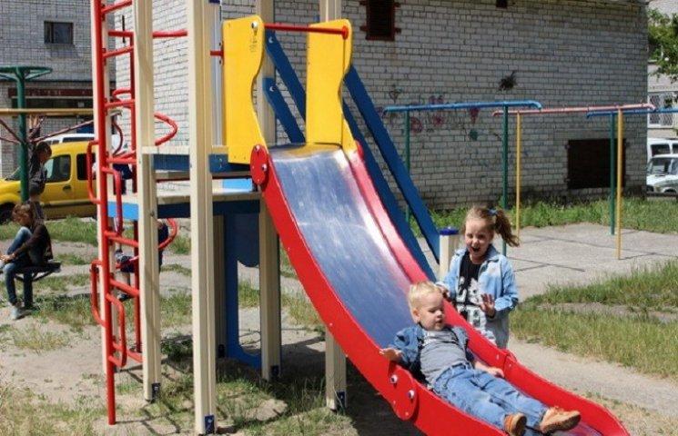 В Нетішині встановили півсотні європейських майданчиків для дітей