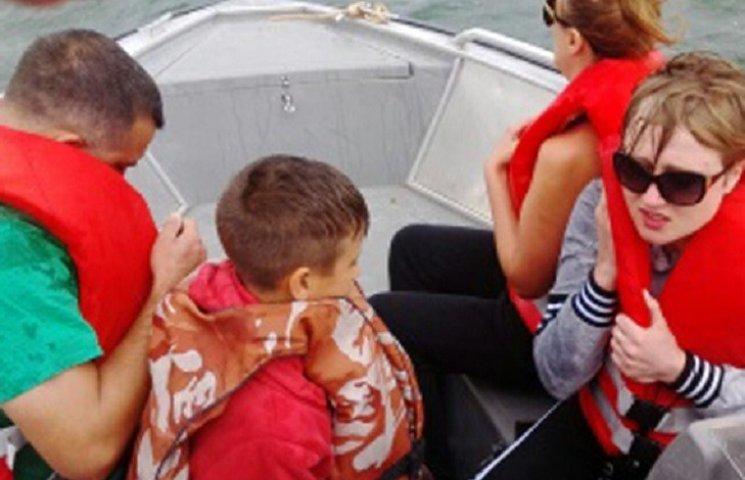 На Дністрі врятували семеро людей, яких у човні віднесло далеко від берега