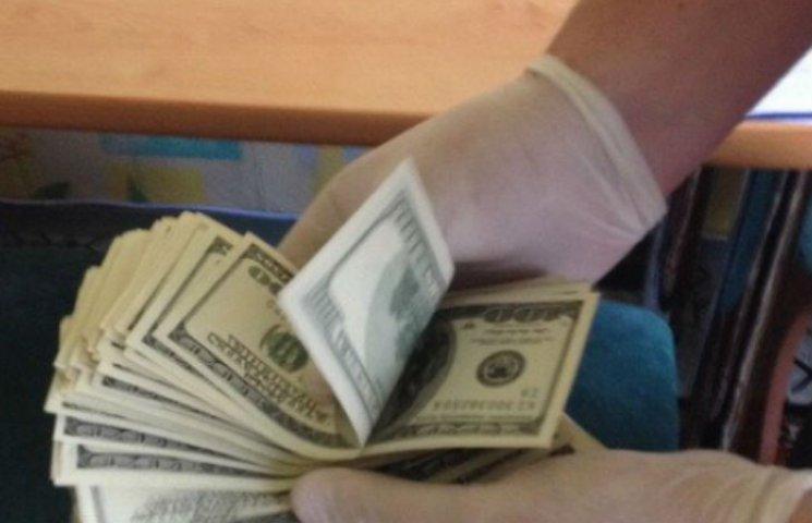 Доларовий килим: Як Києві затримували хабарника з МОЗ