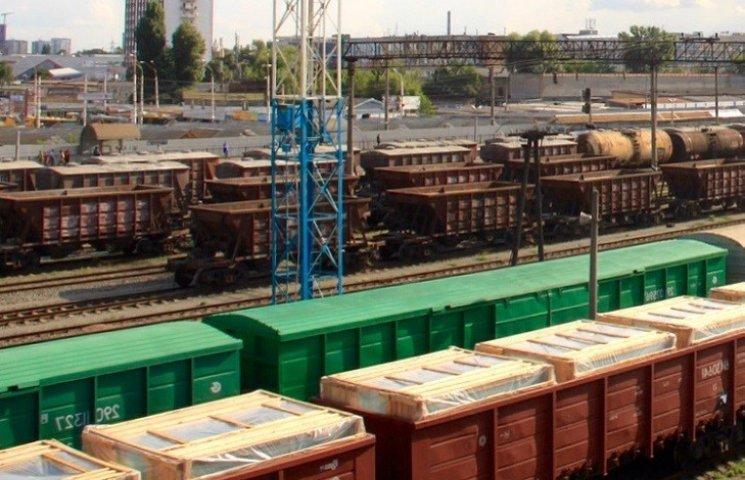 На Миколаївщині з вагонів на залізниці вкрали 38 тонн соєвої макухи