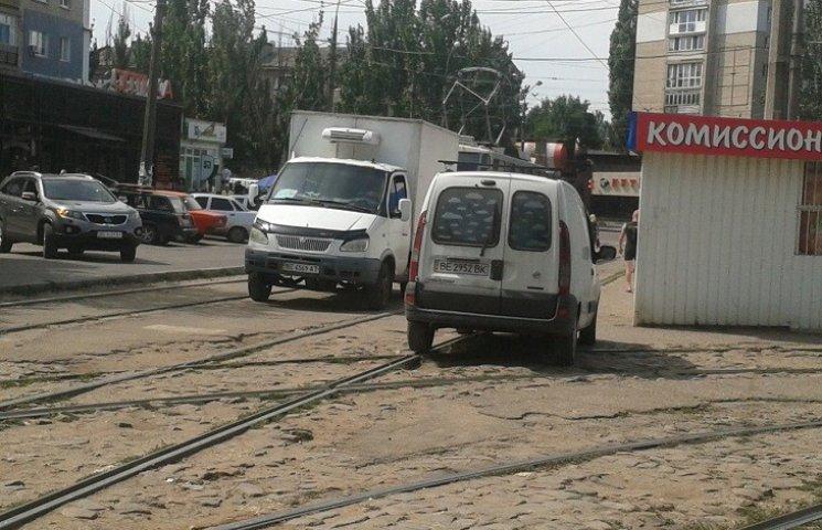 У Миколаєві нахабні водії продовжують блокувати рух трамваїв