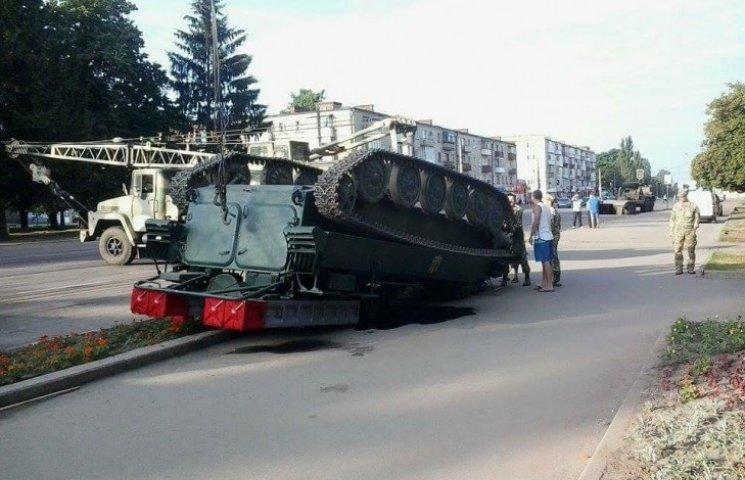 У Конотопі посеред вулиці перекинувся гусеничний зенітно-ракетний комплекс