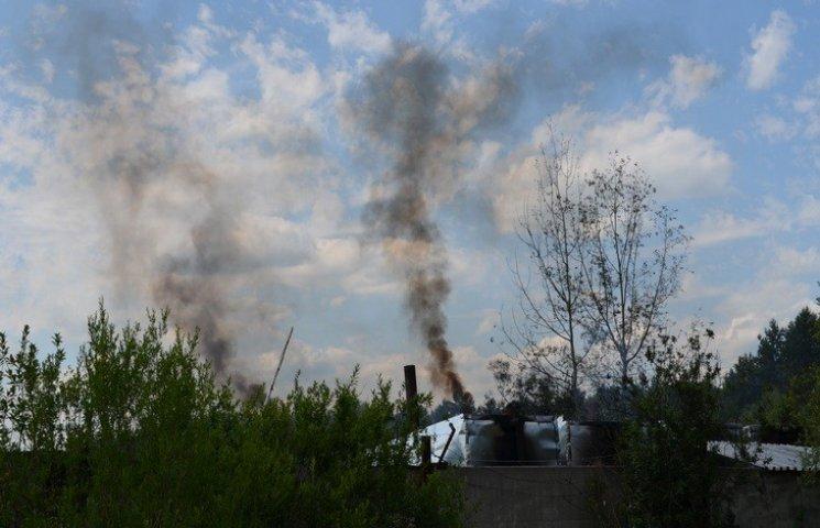 Нетішинцям важко дихати через випалювання деревного вугілля
