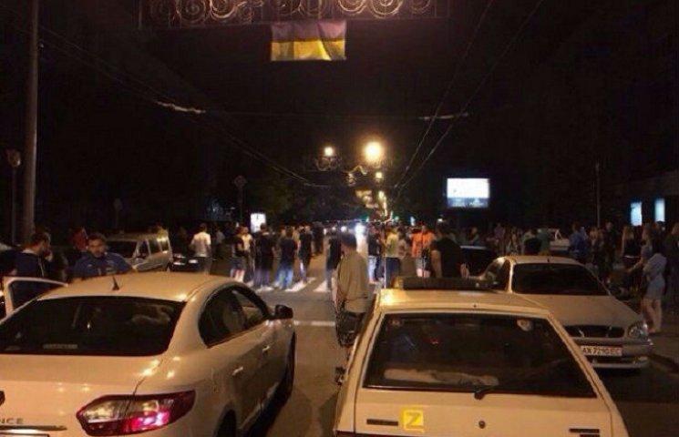 У Харкові люди перекривали вулицю з вимогою розслідувати смертельне ДТП з копами