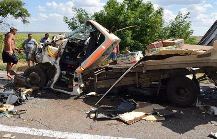 На Миколаївщині дві фури розчавили вантажівку: водія довелось деблокувати