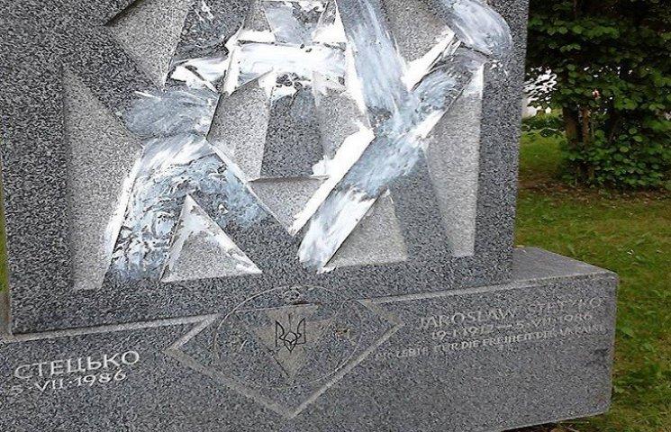 В Мюнхене вандалы осквернили могилу Ярослава Стецько