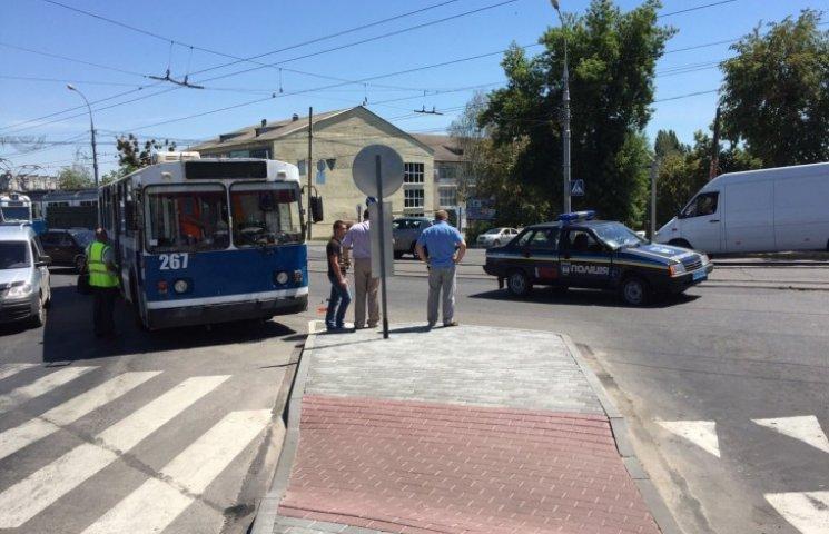 У Вінниці біля мосту поліцейські втаранились в тролейбус