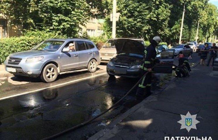 Патрульні у Хмельницькому врятували життя жінці-водію