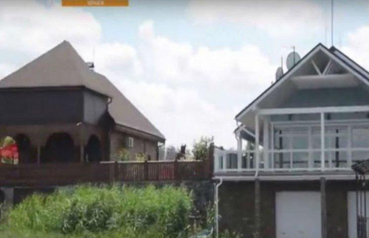 Кому належать маєтки на черкаському узбережжі Дніпра