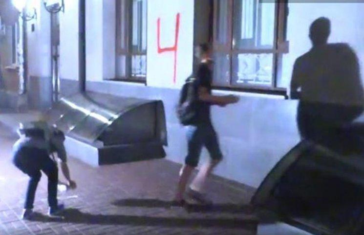 Невідомі в масках вночі атакували російський центр у Києві