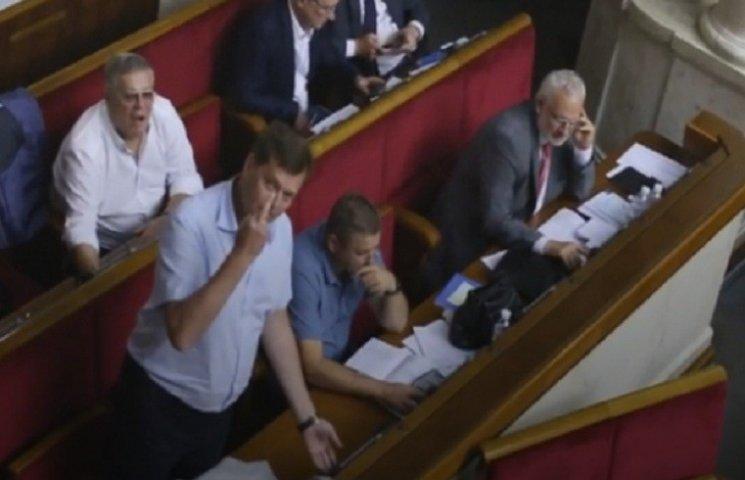 """Екс-регіонал, нардеп """"Опоблоку"""", показав журналістам у Раді середній палець"""