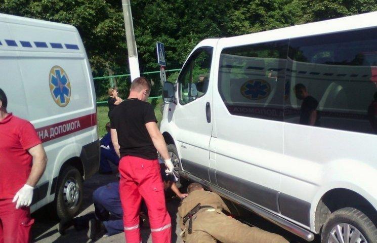 На Вінниччині скутериста діставали з-під мікроавтобуса