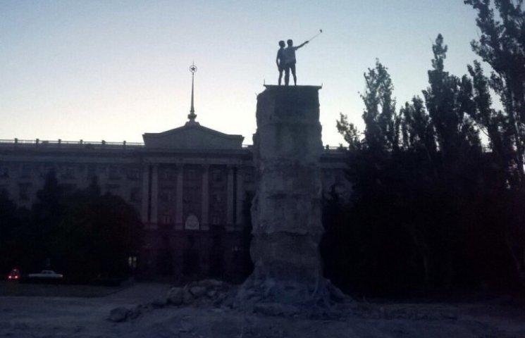 У Миколаєві підлітки вилізли на напіврозвалений постамент Леніну за селфі