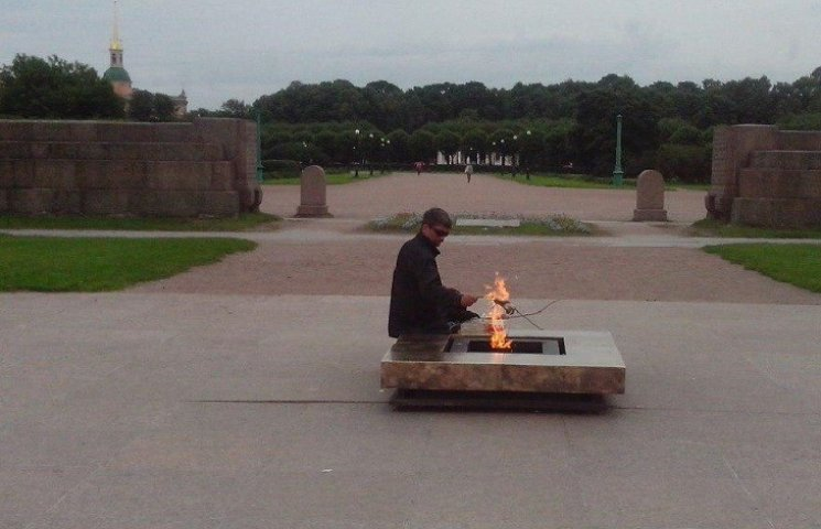 Нова мода на Росії - люди смажать шашлик на Вічному вогні