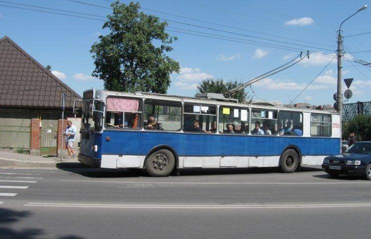 Хмельничани вимагають підвищити вартість проїзду в тролейбусах