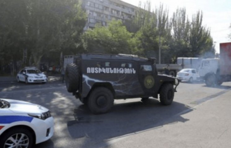 В Ереване вооруженные люди захватили зда…