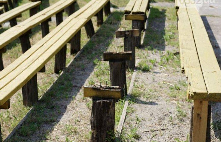 У Полтаві ремонт лавок на Співочому полі обійшовся в 50 тисяч, проте вони досі пошкоджені
