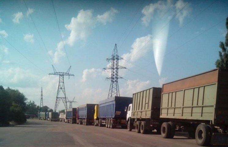 У Миколаїв, попри заборону руху фур, продовжують їхати зерновози
