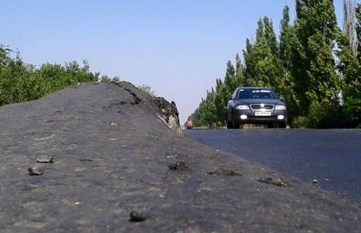У Миколаєві фури розчавили новенький асфальт