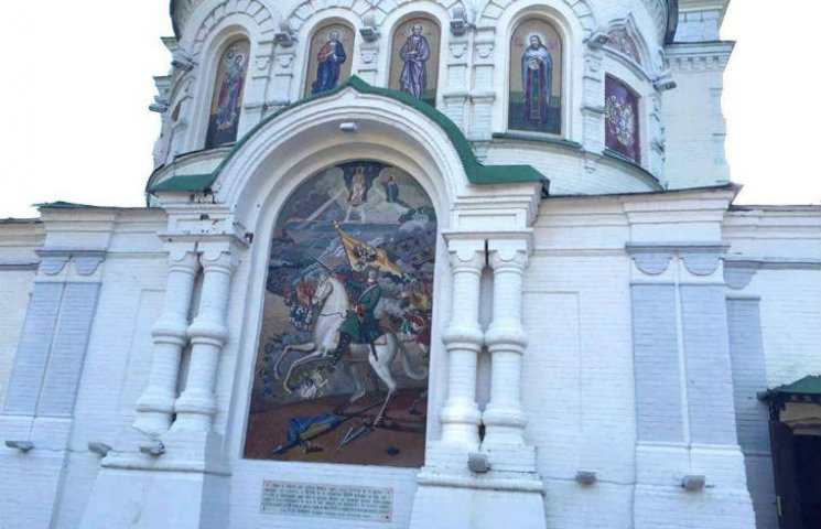 Радник міністра МВС побачив, що на полтавському храмі кінь топче Прапор України