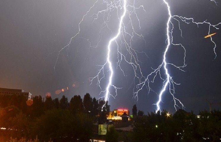 На Харківщині блискавка підпалила будинок та дерево