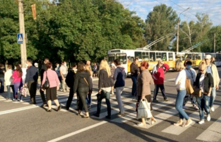 Жителі Кременчука на Полтавщині перекрили дорогу протестуючи проти смороду