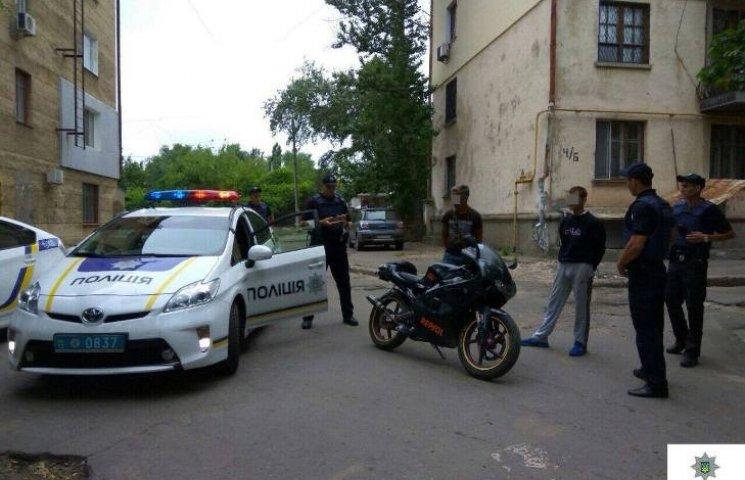 У Миколаєві двоє чоловіків викрали мотоцикл