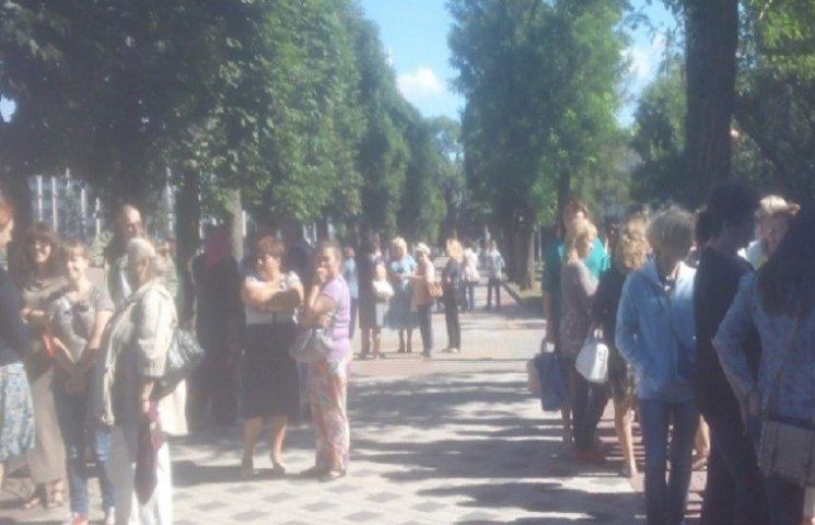 Під Хмельницькою міськрадою зібрались пікетувальники