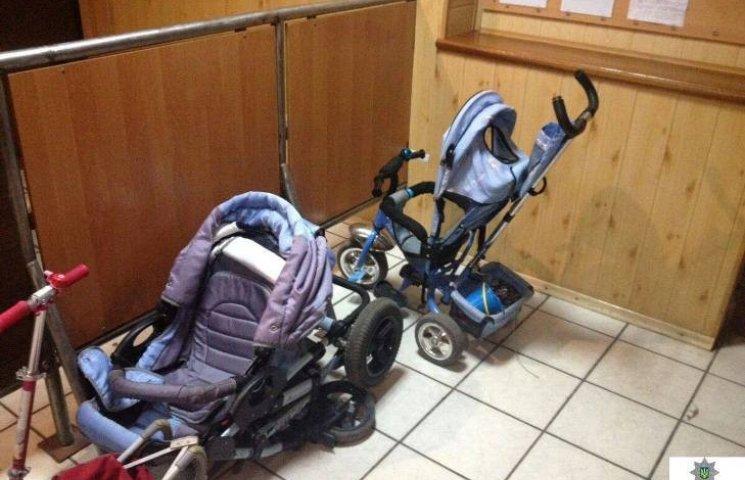 У Миколаєві гопкомпанія навикрадала дитячих візків та іграшок