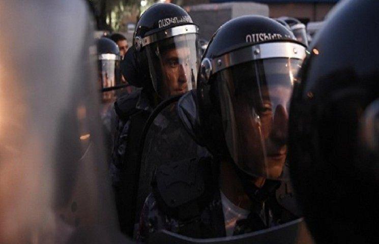 В Єревані почалися сутички протестувальн…