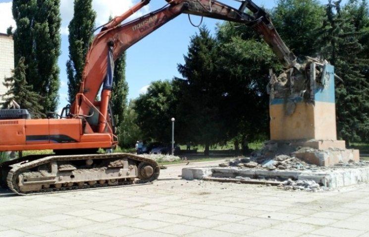 На Николаевщине демонтировали еще один постамент Ленину