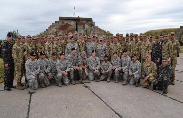 На Хмельнитчине американские инструкторы учат защищать аэропорт от террористов