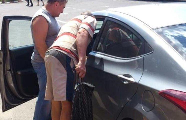 """В Николаеве """"автоледи"""" пошла в туалет посреди улицы и устроила ДТП"""