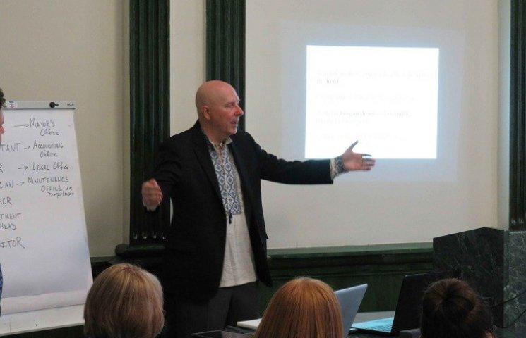 Доброволець Корпусу Миру проводить у Хмельницькому уроки англійської
