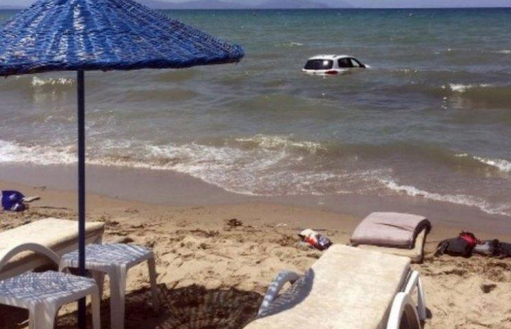 На пляже в Турции автомобиль переехал отдыхающих и затонул в море (ФОТО)