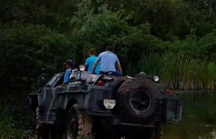 На Полтавщині волонтери зробили для бійців автомобіль-амфібію