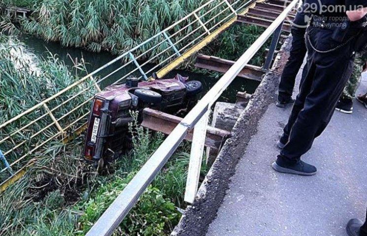 В Мариуполе автомобиль с военными упал в реку, - СМИ