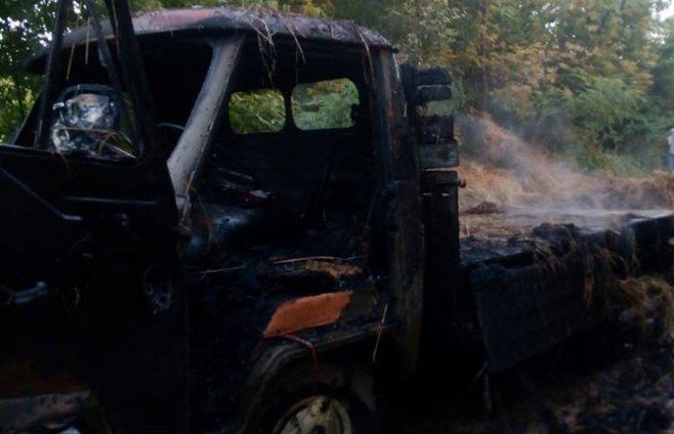 На Хмельниччині згоріла вантажівка з сіном