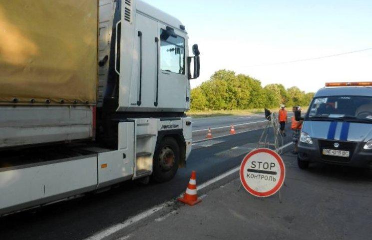 """На Миколаївщині фури """"вбили"""" узбіччя біля вагового комплексу"""
